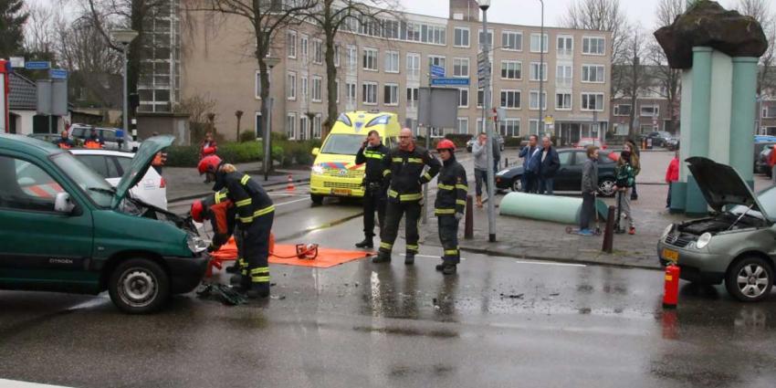 De aanrijding ontstond door een fout bij het voorrang verlenen. Het slachtoffer is voor onderzoek naar het ziekenhuis gebracht. De brandweer heeft het wegdek gereinigd en de weg is weer vrij voor verkeer.