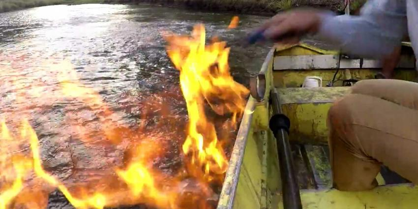 Rivier in brand door omhoog borrelende gassen