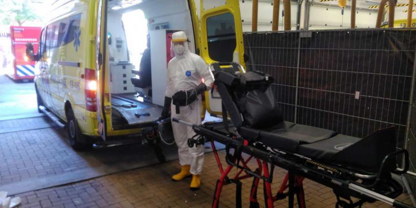 Brandweer Uithoorn helpt bij het ontsmetten van ambulances