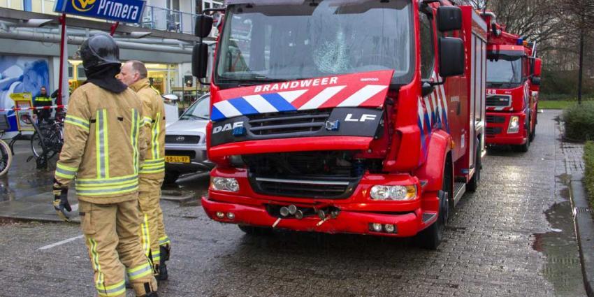 Brandweerauto vliegt uit de bocht tegen lantaarnpaal