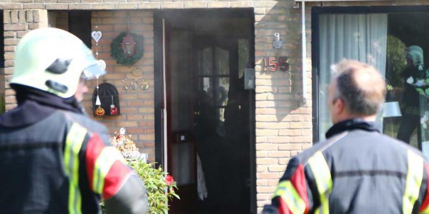 Bewoners genieten van zonnetje, voorbijganger ontdekt woningbrand