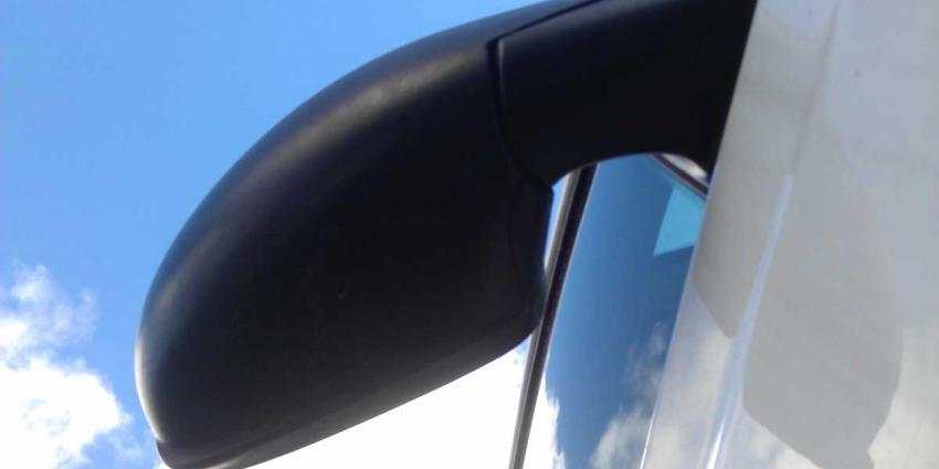 Kind hangt aan spiegel rijdende auto nietsvermoedende vader en valt
