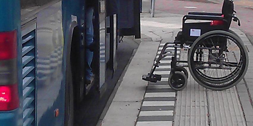 Foto van rolstoel bij bushalte   Archief EHF