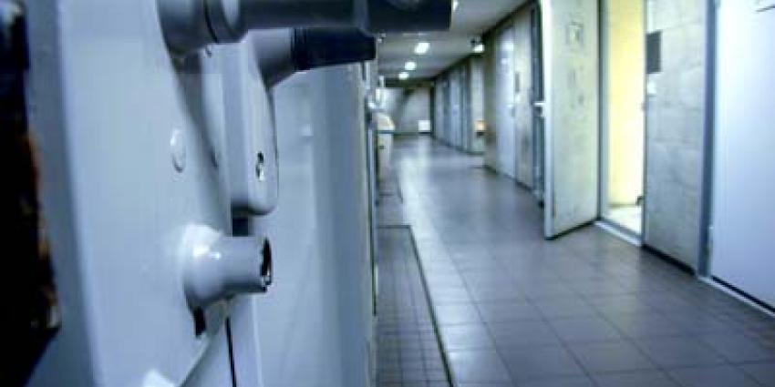 Foto van cel deur open   Archief EHF