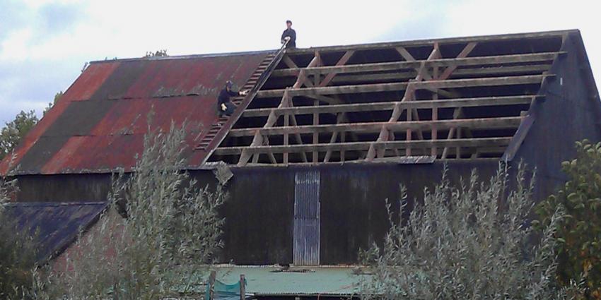 Foto van onderhoud aan dak schuur | Archief EHF