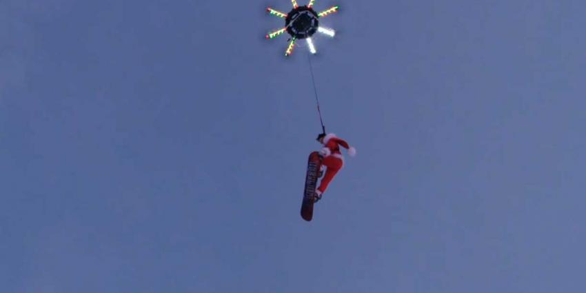 Drone sleept snowboarder en tilt hem zelfs hoog in de lucht op