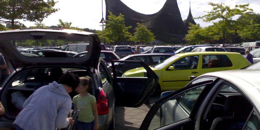 Foto van overvolle parkeerplaats voor de Efteling   Archief EHF
