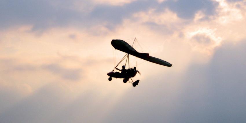 Deltavlieger stort van 20 meter hoogte naar beneden
