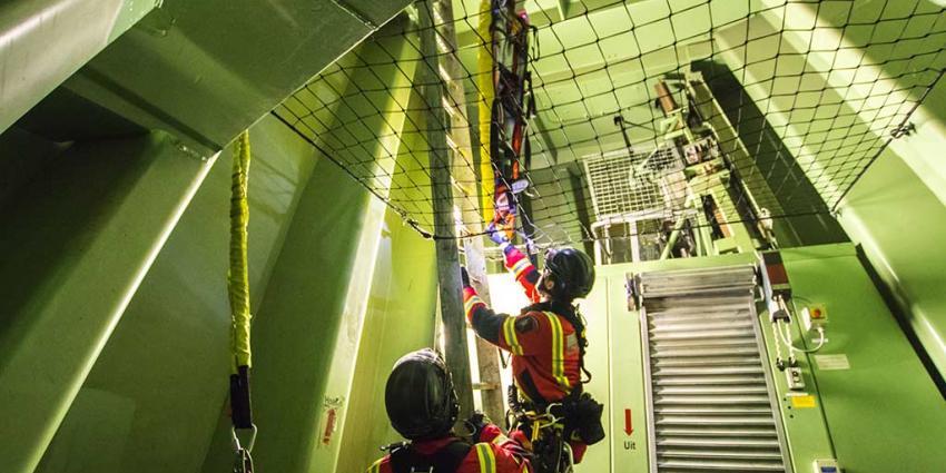 Reddingsteam brandweer oefent in topje van de Erasmusbrug