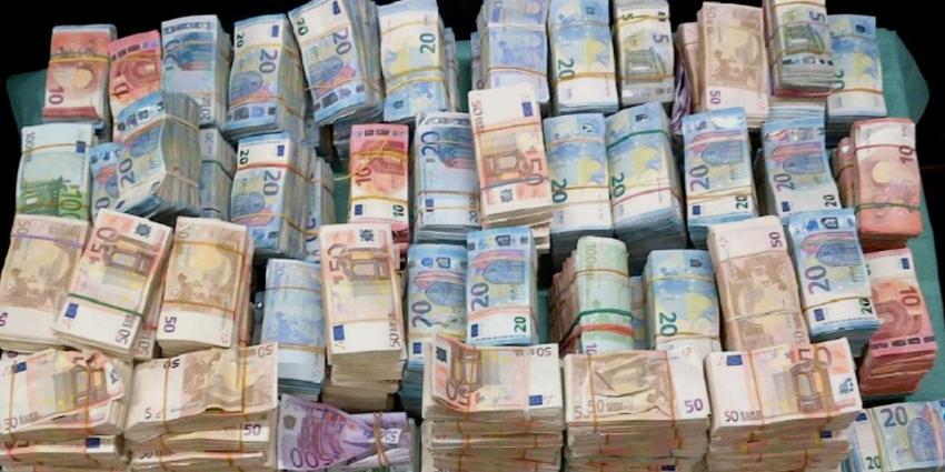 Politiehond ruikt in auto verstopte 1,3 miljoen euro aan bankbiljetten