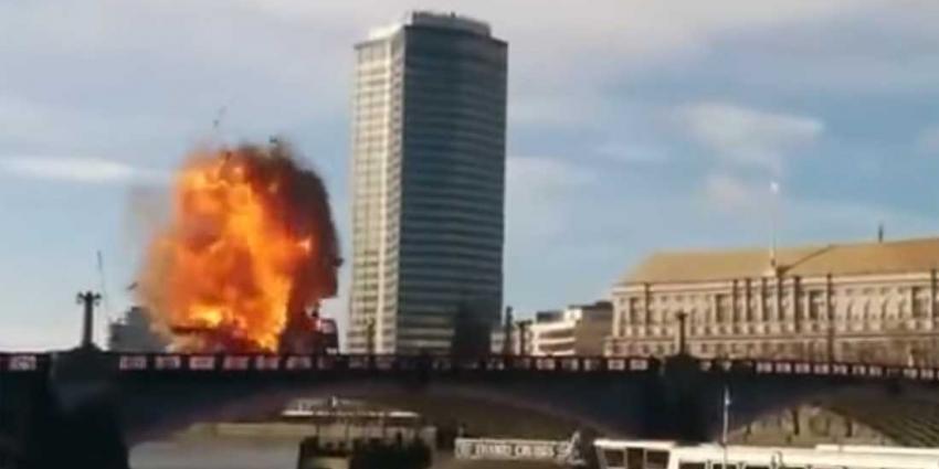 Stadsbus explodeert op brug in Londen, filmploeg verrast toeristen
