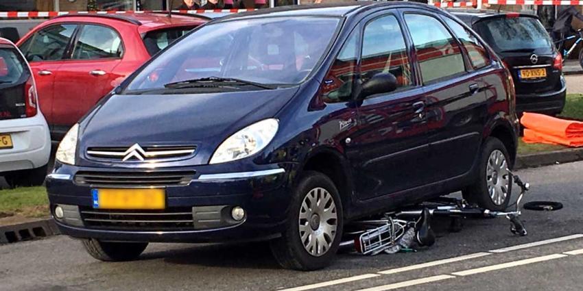 'Fietsster 20 meter meegesleurd onder auto in Barendrecht'