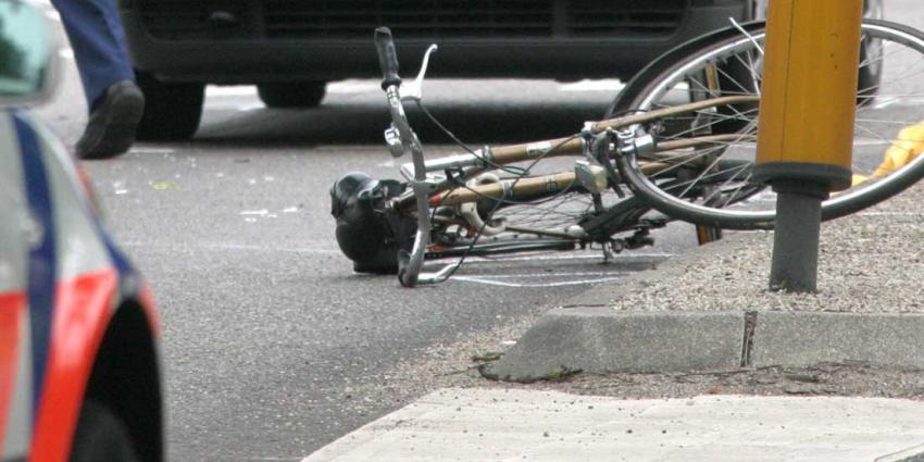 Man rijdt met auto opzettelijk tot twee keer toe over fietser