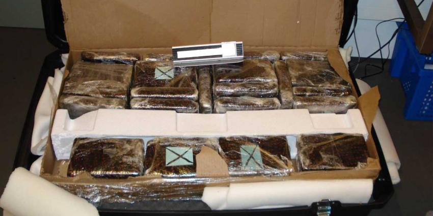 Drugssmokkelaar laat klemmende koffers achter op Schiphol