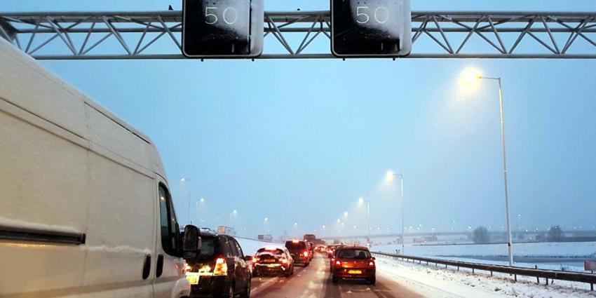 Filerecord: Sneeuwval zorgt voor veel overlast in het verkeer