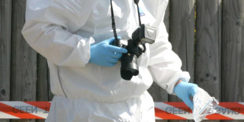 Foto van forensich onderzoeker met fotocamera