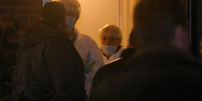 Foto van forensische onderzoekers in woning   Archief EHF