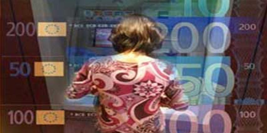 Foto van vrouw die geld pint   Archief EHF