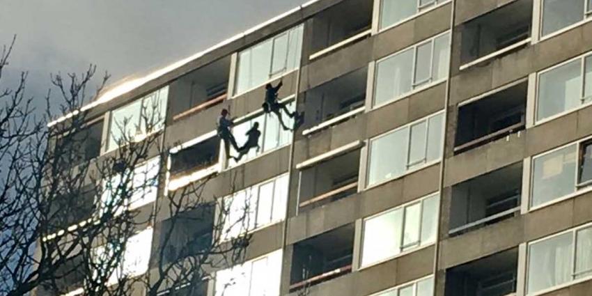 Consternatie om aan touw hangende glazenwassers op 13e etage