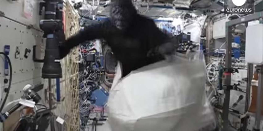 ISS-astronaut Scott Kelly levert collega Tim Peake 'apestreken'