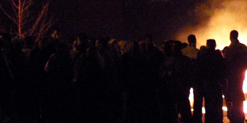 groep-mensen-vuur-donker