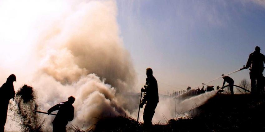 Brandweer haalt hooi en stro uit grotten van Cannerberg
