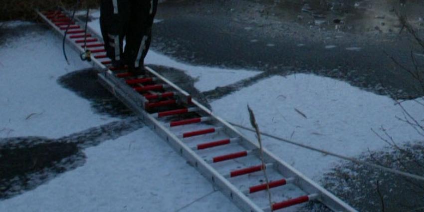 Wandelaars zien door politie gezochte schaatser door het ijs zakken