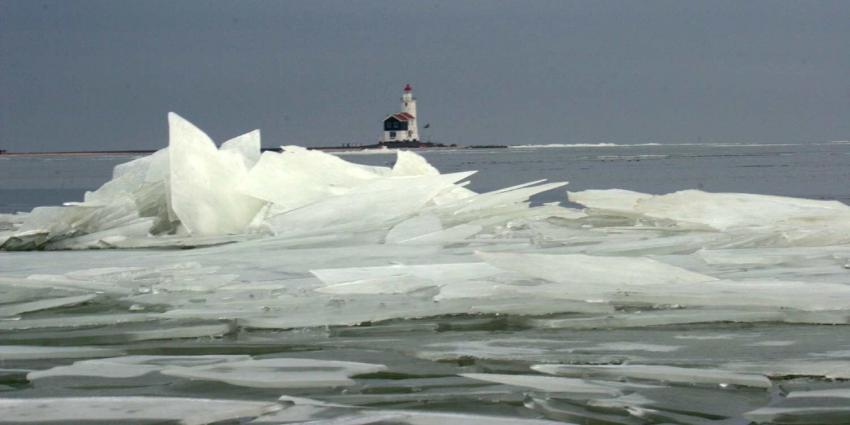 Rijkswaterstaat: Stop niet om foto te maken van kruiend ijs op de Afsluitdijk!