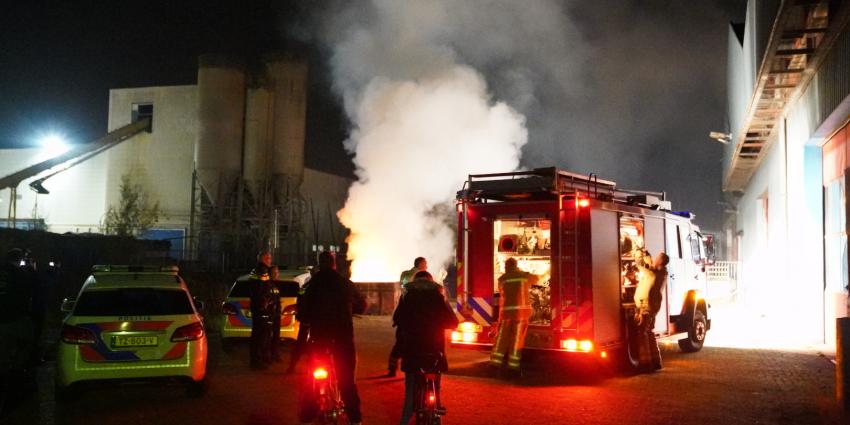 Brandweer blust containerbrand