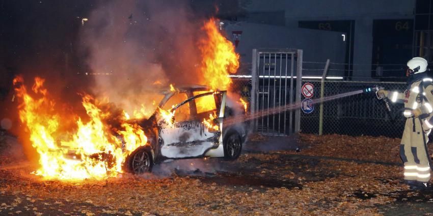 Brandweer kan auto niet meer redden