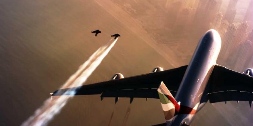 Twee jetmannen vliegen samen met Airbus A380 van Emirates