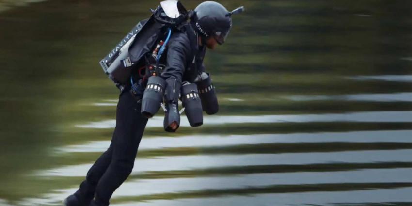 Engelsman zet snelheidsrecord met jetpack op ruim 50 km/h