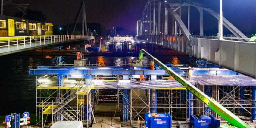 Rijkswaterstaat schuift 1,4 miljoen kilo zware Jutphasebrug weer op zijn plek