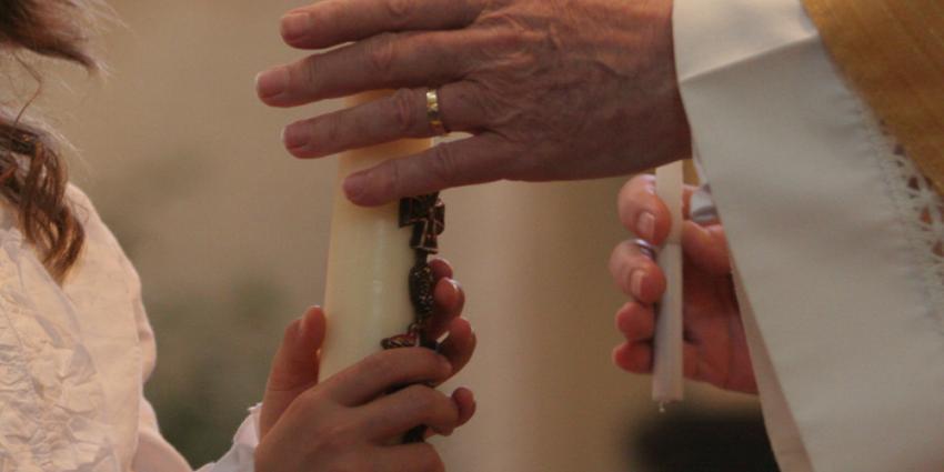 Foto van kind en priester   Archief EHF