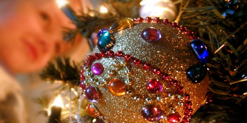 Foto van kerstboom bal en kind | Archief EHF
