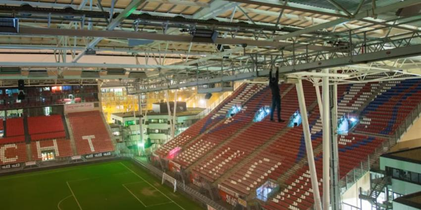 Freerunners beklimmen stadion de Galgenwaard in Utrecht