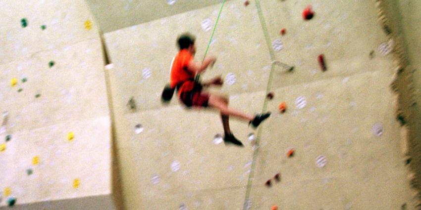 Klimmer ernstig gewond na val uit klimwand
