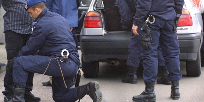Foto van controle auto door marechaussees   Archief EHF