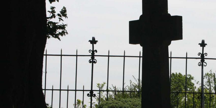 kruis-grafsteen-kerkhof