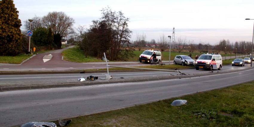 Auto rijdt lantaarnpaal uit de grond