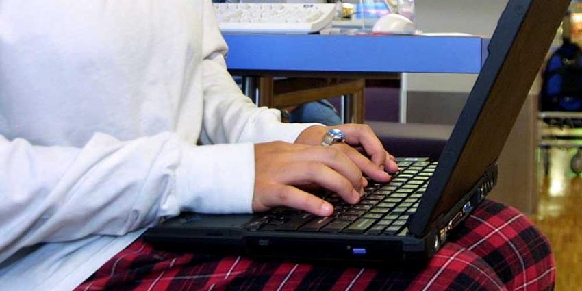 Foto van vrouw achter laptop | Archief EHF