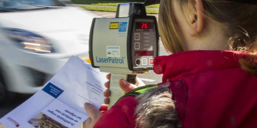 Politiekids houden snelheidscontroles bij scholen Vlaardingen