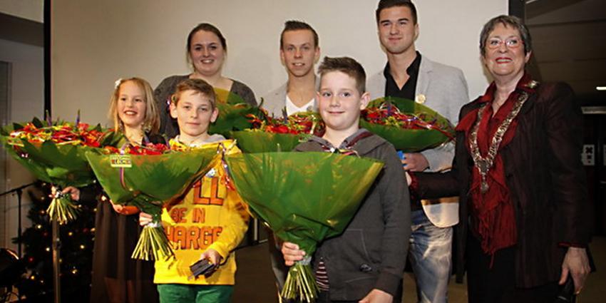 Foto van jongeren met lintje   Gem. Spijkenisse