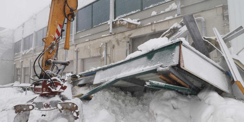 luifel-sneeuw-sligro-ingestort