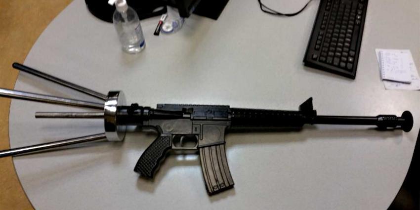 Waterpijp in de vorm van automatisch vuurwapen type M16 onderschept