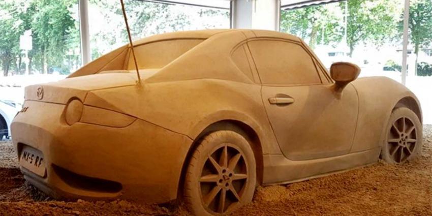 Zandkunstenaars maken replica van nieuwe Mazda MX-5 RF
