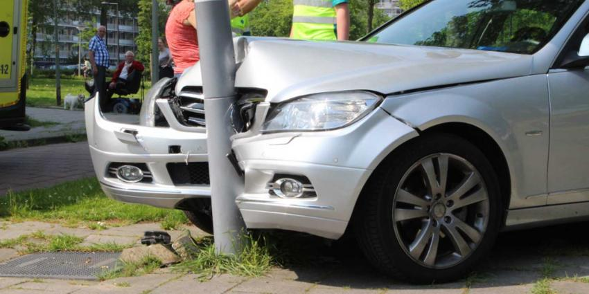 Auto ramt paal na ontwijken bus in Vlaardingen