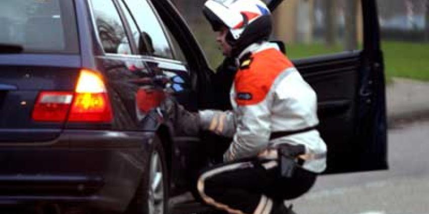 Foto van motoragent bekeuring personenauto   Archief EHF