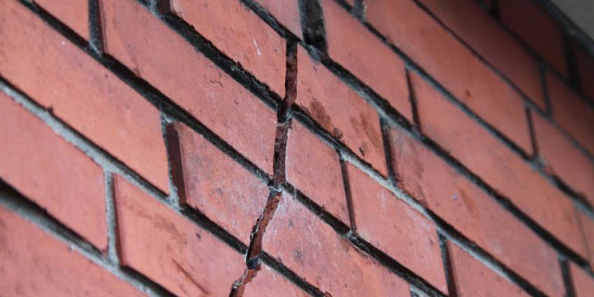 Foto van scheur in muur door beving
