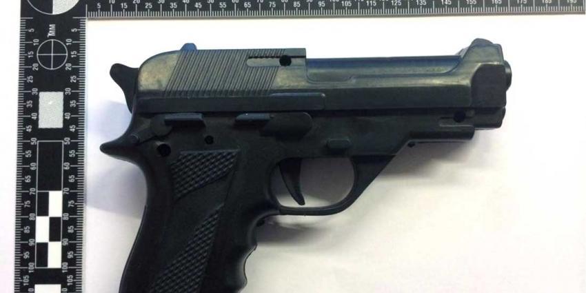 Agent in vrije tijd stuurt collega's naar 13-jarige gewapende berover